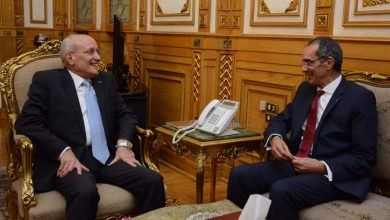 """Photo of """"طلعت' يبحث مع """"العصار"""" تصنيع التابلت في مصر"""