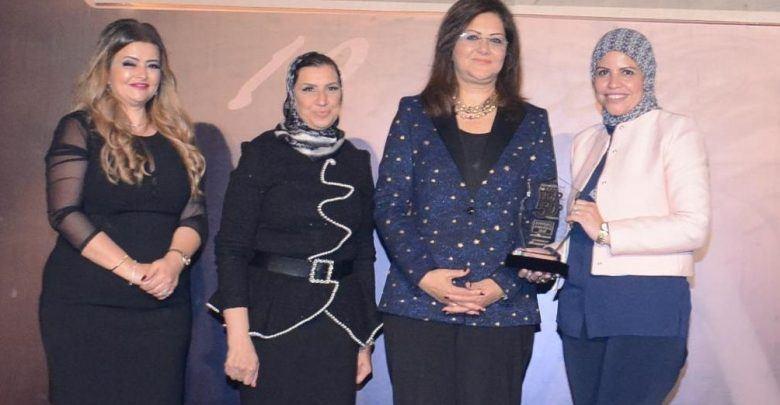 رانيا غريب تتسلم الجائزة