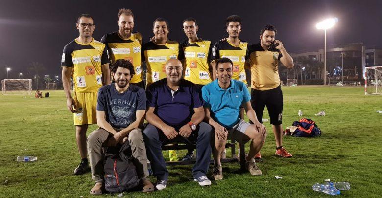 محمد حسن المدير الفني لفريق ميركوري يتوسط لاعبيه