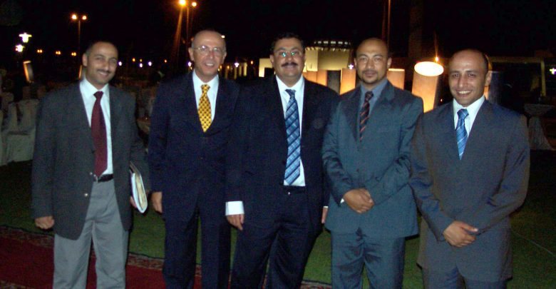 د.طارق يتوسط عدد من موظفي وزارة الاتصالات وفي الصورة د.محمد عبد الفتاح