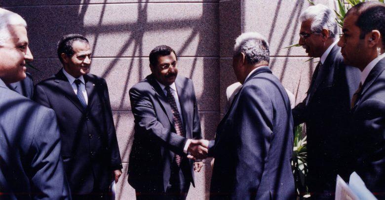 د.عاطف عبيد يصافح د.طارق كامل خلال زيارته لوزارة الاتصالات للاستعراض وثيقة مجتمع المعلومات المصرى